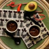 Mousse al cioccolato con avocado e peperoncino