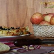 Torta di pane raffermo e mele con mirtilli e pinoli